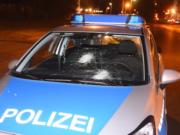 Köpenicker Straße Unbekannte attackieren Polizeiautos mit Steinen
