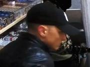 Räuber prügeln Verkäufer mit Baseballschläger