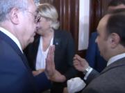 Ein Mitarbeiter von Großmufti Scheich Abdel-Latif Derian versucht, Marine Le Pen ein weißes Kopftuch zu übergeben. (Screenshot: YouTube)
