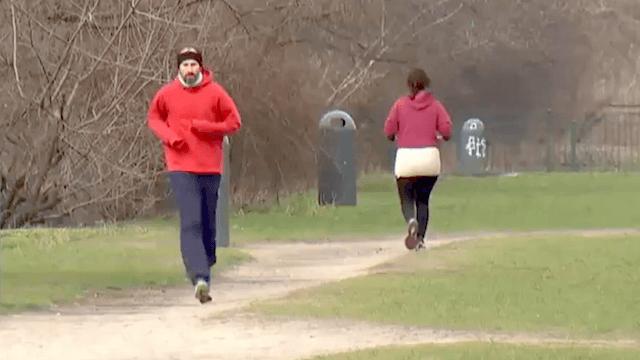 Mauerpark Räuber Joggerin Ziegelstein Kiefer