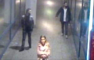 Laut Polizei sind diese drei Personen NICHT die Täter, sondern mögliche Zeugen des brutalen Angriffs auf die junge Frau. (Screenshot: Polizei Berlin)