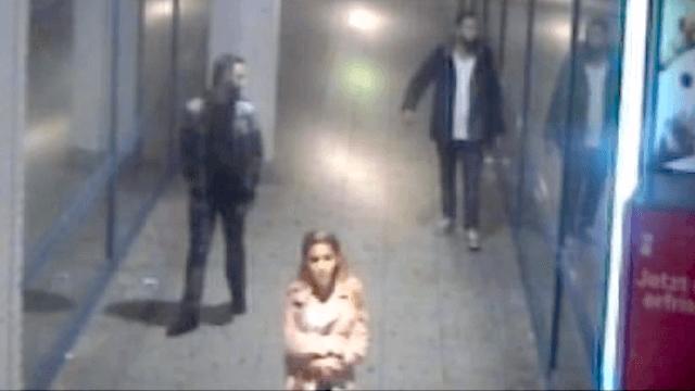 Laut Polizei sind diese drei Personen NICHT die Täter, die einer jungen Frau ins Gesicht schlugen, sondern mögliche Zeugen des brutalen Angriffs. (Screenshot: Polizei Berlin)