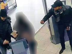 Dieses Bild aus der Überwachungskamera zeigt, wie die zwei Betrüger die Rentnerinnen abgezockt haben. (Foto: Polizei Berlin)