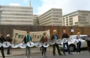 Am BND-Neubau an der Chausseestraße hatte es auch Proteste gegeben. (Screenshot: YouTube)