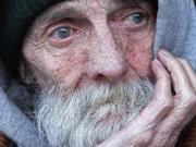 Laut der IW-Studie ist das Armutsrisiko bei den älteren Menschen noch immer deutlich niedriger als bei den jüngeren. Aber die Altersarmut wird unweigerlich immer weiter zunehmen.