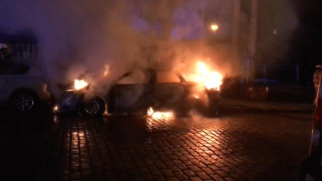 Wieder brannten in der Revalerstraße in Berlin-Friedrichshain Autos. (Screenshot: YouTube)