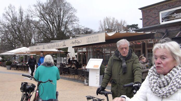 Wer Unterhaltung sucht, schlürft seinen Moet im Cafe Wichtig auf dem Timmendorfer Platz 3 (Foto: Berlin Journal)