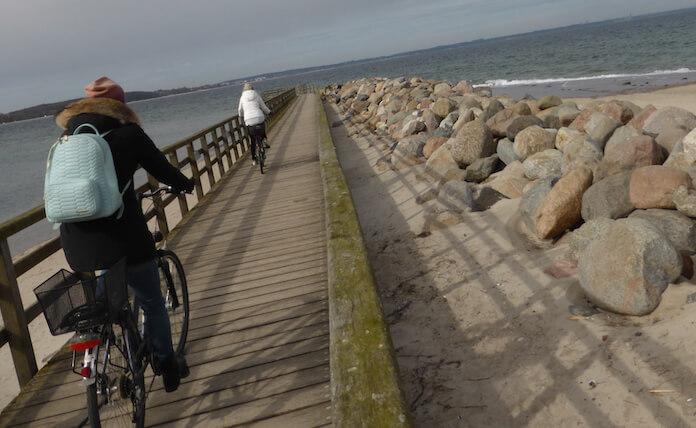 Völlig stressfrei und gut geschützt kann man am Timmendorfer Strand gleich hinterm Niendorfer Hafen mit dem Fahrrad direkt ans Meer radeln (Foto: Berlin Journal)
