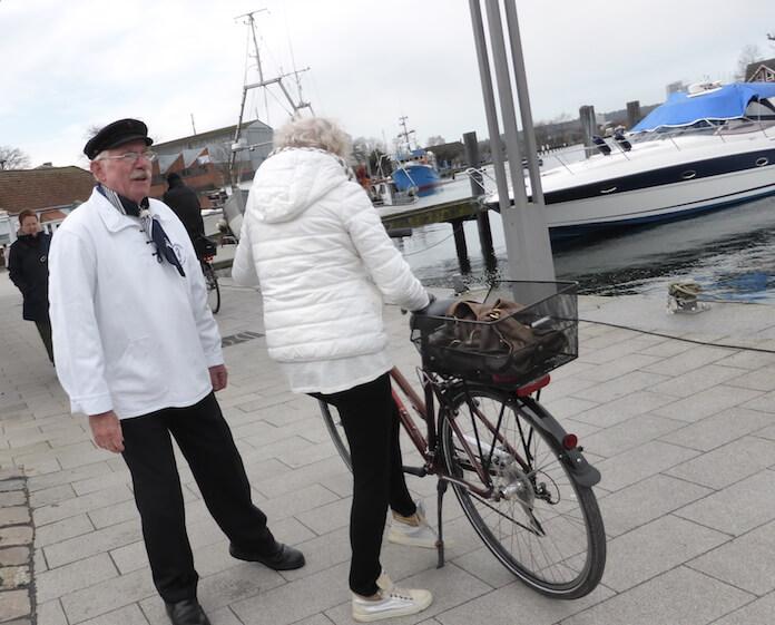 Der idyllische Niendorfer Hafen mit Shanty-Chorsänger. 30 Berufsfischer arbeiten hier und bieten frisch verarbeiteten Fisch (Foto: Berlin Journal)