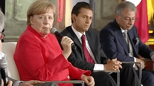 Angela Merkel berichtet dem mexikanischen Präsidenten Enrique Pena Nieto aus der römischen Geschichte. Damals habe der Limes die Migranten nicht aufhalten können. (Screenshot: YouTube)