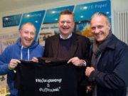 Oliver Wolf (links) überreicht ein T-Shirt an den neuen Schirmherrn Reinhard Grindel (mitte). Der ehemalige Schirmerr Thomas Wolter (rechts) ist auch mit dabei. (Foto: hup)
