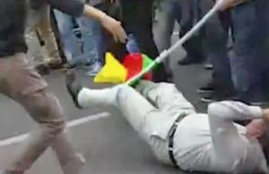 Der Demonstrant hatte offenbar nicht damit gerechnet, von einem Polizisten einen Schlagstock über den Kopf zu bekommen. (Screenshot: YouTube)