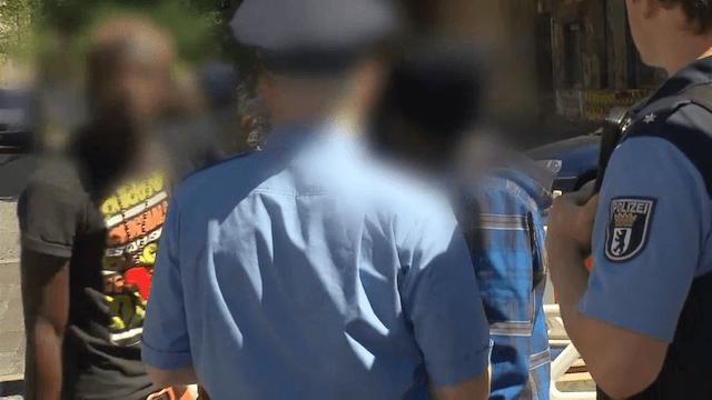 Der Verdacht, dass es sich um illegale Migranten handeln könnte, ist künftig kein Grund mehr für eine Polizeikontrolle. (Screenshot: YouTube)