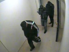 Das Überwachungsvideo zeigt drei Räuber, die das Modegeschäft am Ku'damm überfallen haben. (Foto: Polizei Berlin)