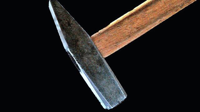 Mit Hammer, Stock und Gürtel prügelte er auf seine Stieftochter ein. Nun hat er eine Bewährungsstrafe erhalten.