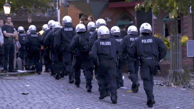 Nach ihrer Rückkehr nach Berlin erhalten die Beamten von Innensenator Andreas Geisel gnädiger Weise den Montag frei. (Screenshot: YouTube)