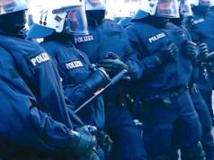Beim G20-Gipfel hat Polizei versehentlich falsche Demonstranten eingesperrt. (Screenshot: YouTube)