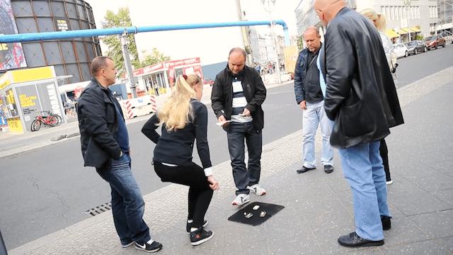 SPD-Politiker Joschka Langenbrinck findet das Hütchenspiel nicht akzeptabel. (Screenshot: YouTube)