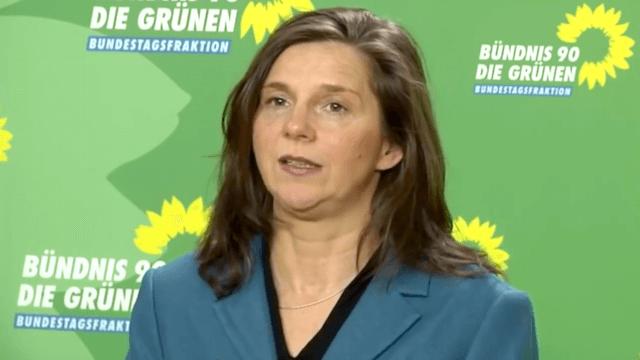 Katrin Göring-Eckardt erneuert ihre Einschätzung, dass Flüchtlinge ein Geschenk für Deutschland sind. (Screenshot: YouTube)