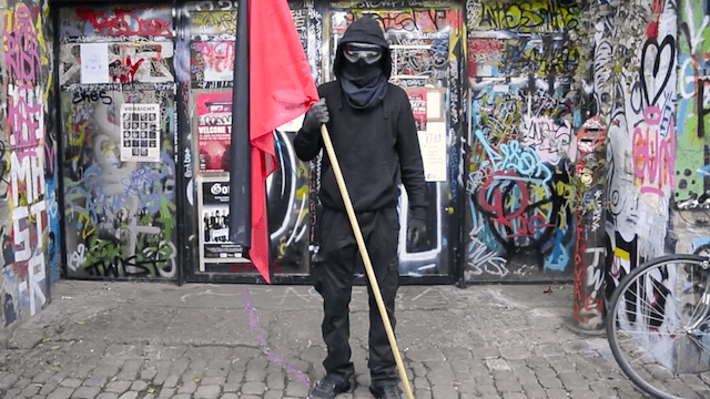 """Nach Ansicht des Linken-Politikers Hakan Tas führt das Vermummungsverbot zu """"unnötigen Auseinandersetzungen"""". (Screenshot: YouTube)"""