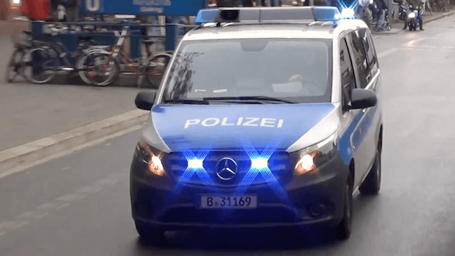 Zwei polizeibekannte Intensivtäter spuckten nach ihrer Festnahme immer wieder in den Streifenwagen. (Screenshot: YouTube)
