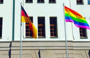 Trotz des Flaggenerlasses von Innenminister Thomas de Maizière haben die SPD-geführten Ministerien die Homoflagge gehisst. (Foto: Twitter)