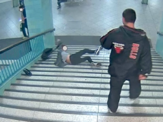 U-Bahnhof Alexanderplatz Unbekannter stößt Mann die Treppe hinunter a