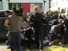 Die Zahl der Abschiebungen geht zurück. Immer wieder wie hier in Nürnberg leisten Bürger auch Widerstand dagegen. (Screenshot: YouTube)