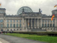 Zwei Touristen aus China mussten vor dem Reichstag erfahren, dass der Hitlergruß in Deutschland kein Spaß ist.