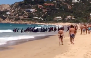 Illegale Migranten stürmen einen Badestrand in Südspanien. (Screenshot: YouTube)