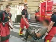 Sanitäter im Pariser Vorort Levallois-Perret versorgen einen verletzten Soldaten. (Screenshot: YouTube)
