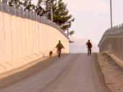 Die türkische Grenzmauer zu Syrien ist schon fast fertiggestellt. (Screenshot: YouTube)