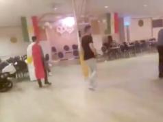 Am Sonntagabend attackierten Unbekannte ein Kurden-Treffen in Spandau mit einer Rauchbombe und Tränengas. (Screenshot: YouTube)