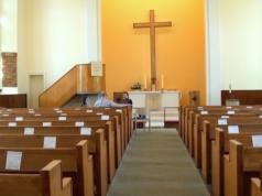 In der Dreieinigkeitskirche in Steglitz fühlt sich der afghanische Christ Ghulam Hussain Rezaiee nun sicher. (Screenshot: YouTube)