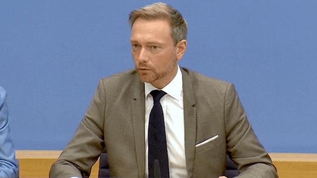 """FDP-Chef Christian Lindner sagte am Freitagmittag, dass es mit den Grünen """"keine Telefonkonferenz, keine Gespräche, keine Abstimmung"""" über die Verteilung von Ministerien gegeben habe. (Screenshot: YouTube)"""