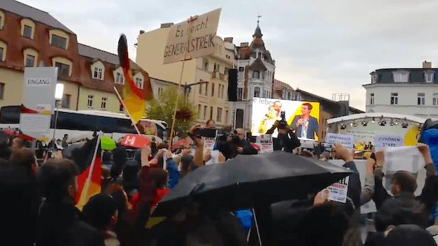 Erneut gab es Pfiffe und Plakate gegen Angela Merkel, diesmal in Finsterwalde. (Screenshot: YouTube)