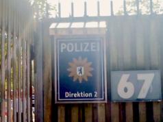 In der Polizeischule an der Charlottenburger Chaussee in Ruhleben wurden fremdenfeindliche Toilettensprüche entdeckt. (Screenshot: YouTube)