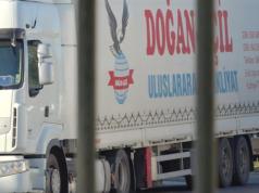 Die in diesem Lkw geschleusten 50 Migranten sind bis auf zwei aus Eisenhüttenstadt verschwunden. (Screenshot: YouTube)