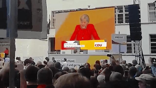 In Heidelberg haben Unbekannte zwei Tomaten auf Merkel geworfen. (Screenshot: YouTube)
