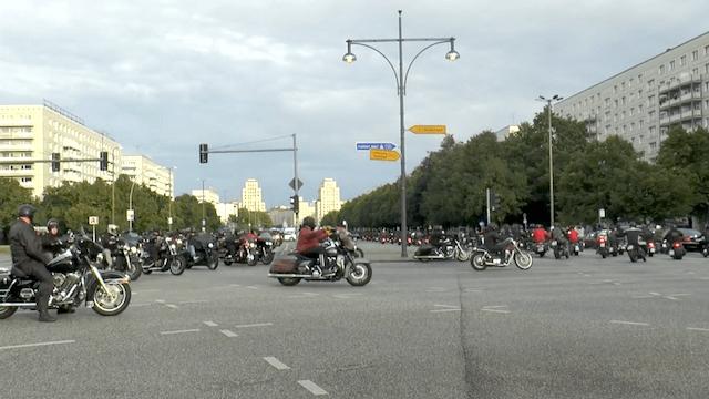 Die Hells Angels demonstrierten in Berlin gegen das Kuttenverbot. (Screenshot: YouTube)