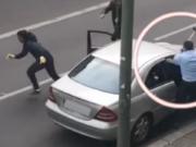 Intensivtäter Ismail P. und sein Komplize flüchteten vor dem Juwelier, der mit dem Vorschlaghammer auf sie losging. (Screenshot: YouTube)
