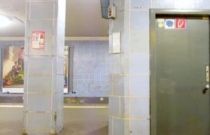 Die Polizei sucht zwei Kontrolleure, die auf dem U-Bahnhof Weinmeisterstraße brutal auf eine Rentnerin losgingen. (Screenshot: YouTube)