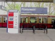 Sechs junge Männer haben auf dem S-Bahnhof Plänterwald eine Schlägerei gestartet. (Screenshot: YouTube)