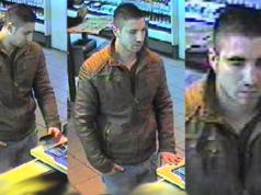 Dieser unbekannte Mann soll am Bahnhof Zoo eine Geldkarte entwendet haben. (Fotos: Polizei Berlin)