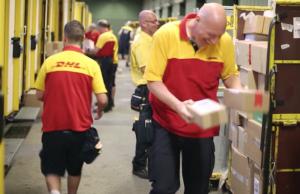 """VW und DHL starten in Berlin das Pilotprojekt """"We deliver"""" und liefern Pakete in den Kofferraum. (Screenshot: YouTube)"""