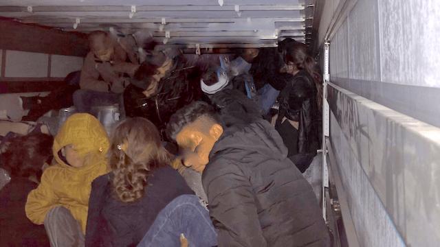 Die 48 in einem Laster aufgegriffenen Migranten waren aus Eisenhüttenstadt verschwunden, nun sind sie in Berlin aufgetaucht. (Foto: Twitter, Bundespolizei B)