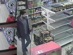 Zwei Räuber attackierten in der Ackerstraße einen Kassierer mit Reizgas. (Screenshot: YouTube)