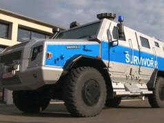 """Berlins Polizei schafft unter anderem Pistolen, Gewehre und einen Wagen vom Typ """"Survivor R"""" an. (Screenshot: YouTube)"""