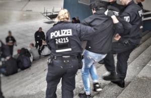 Die Polizei bei einem Großeinsatz am Alexanderplatz am Freitagabend. (Foto: Twitter)
