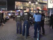 Immer wieder holen junge Flüchtlinge am Alexanderplatz ihre Messer heraus. (Screenshot: YouTube)